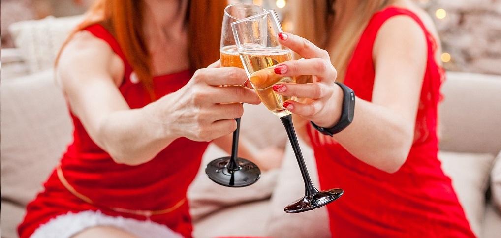 Online firemní večírek, přípitek s kolegy a klienty