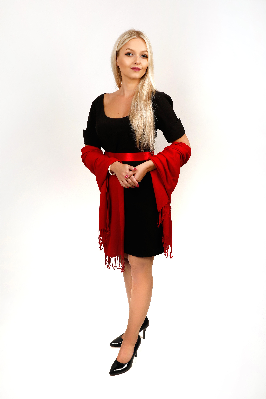 Černé šaty s rukávy a hlubokým výstřihem, kombinace s červeným plédem