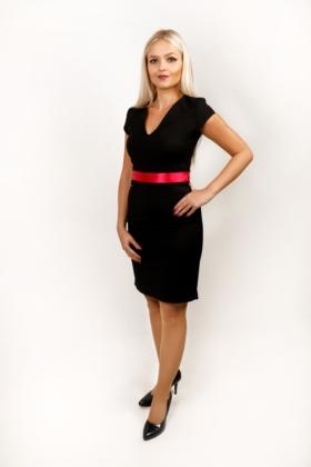 Černé pouzdrové šaty s decentním výstřihem