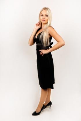 Černé saténové šaty s hlubokým výstřihem