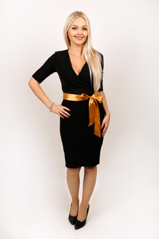 Černé vroubkované šaty s výstřihem