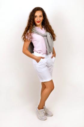 Golfová kombinace - růžové tričko s límečkem, bílé šortky a šedý svetr